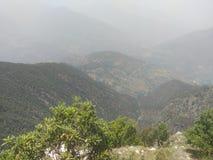 Groen bos met bergen en aard royalty-vrije stock foto's