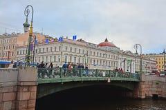 Groen brug en Huis van de Nederlandse kerk in Heilige Petersburg, Rusland Royalty-vrije Stock Foto's