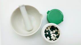 Groen capsules en mortier stock fotografie