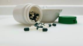 Groen capsules en mortier stock foto