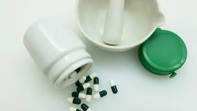 Groen capsules en mortier royalty-vrije stock foto