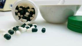 Groen capsules en mortier stock foto's