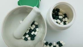 Groen capsules en mortier royalty-vrije stock afbeelding