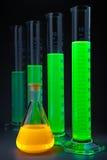 Groen in cilinders gele fles royalty-vrije stock afbeeldingen