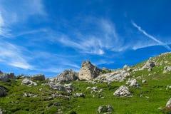 Groen de heuvellandschap van dolomietalpen Stock Foto