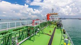 Groen dek van de tanker onder blauwe hemel timelapse stock videobeelden