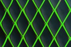Groen diamantvormig rooster tegen een donkere achtergrond royalty-vrije stock afbeelding