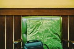 Groen die hoofdkussen in hout negen wordt geplaatst is Er daar een dameszak in royalty-vrije stock foto