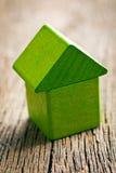 Groen die huis van houten kubussen wordt gemaakt Stock Afbeeldingen