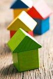 Groen die huis van houten kubussen wordt gemaakt Royalty-vrije Stock Foto's