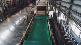 Groen die materiaal door transportband in winkel hogere mening wordt vervoerd stock videobeelden