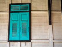 Groen die venster van houten Thaise stijl wordt gemaakt Stock Foto