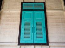 Groen die venster van houten Thaise stijl wordt gemaakt Stock Afbeelding
