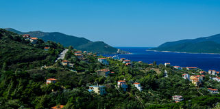 Groen dorp op de kusten van de Middellandse Zee, Griekenland Stock Fotografie