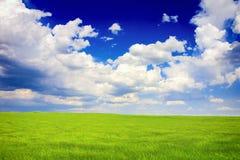 Groen en blauw landschap stock foto