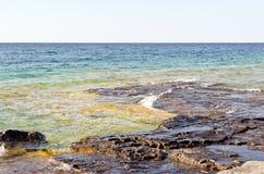 Groen en blauw water Stock Foto