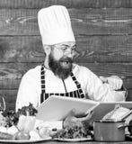 Groen en gezond voedsel Vegetarische salade met verse groenten Culinaire keuken vitamine Gelukkige gebaarde mens Chef-kok stock afbeeldingen
