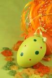 Groen en organe Paasei, bloemen en lint Stock Fotografie