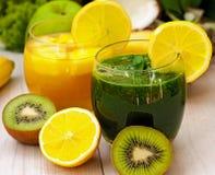 Groen en sinaasappel smoothies Stock Foto