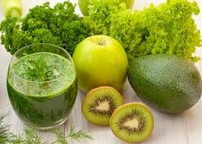 Groen en sinaasappel smoothies Stock Afbeeldingen