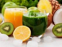Groen en sinaasappel smoothies Stock Afbeelding