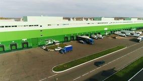 Groen en Wit Pakhuis met Hellingen op Dagpanorama stock videobeelden