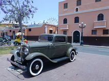 Groen Ford twee deuren die in Pueblo Libre, Lima worden tentoongesteld Stock Afbeelding