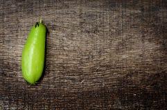 Groen gebarsten fruit op oude houten Royalty-vrije Stock Foto's