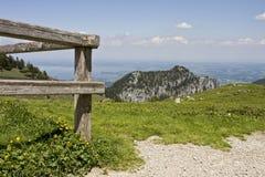 Groen gebied met houten omheining in Beierse Alpen Royalty-vrije Stock Fotografie
