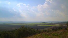Groen gebied met mooie de zomerwolken, Israël stock videobeelden