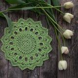 Groen gehaakt servet, tulpen royalty-vrije stock foto