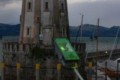 groen geleid neonlicht op boot die lindauhaven verlaten Royalty-vrije Stock Foto