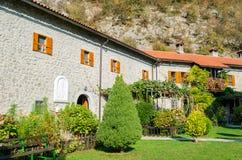 Groen gemodelleerd met bloemen en bomenbinnenplaats in het oude klooster Schoonheid en het modelleren royalty-vrije stock fotografie