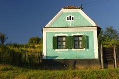 Groen geschilderd huis, Transsylvanië, Roemenië stock afbeelding