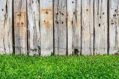 Groen gras en houten muur Royalty-vrije Stock Afbeelding