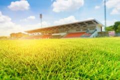 Groen gras in voetbalstadion met lichte gloed stock foto