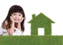 Groen grashuis met meisje Stock Afbeeldingen