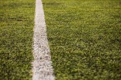 Groen graspatroon voor voetbalsport, Voetbalgebied, voetbalgebied, de textuur van de teamsport Witte streep op het Sluit omhoog Royalty-vrije Stock Fotografie