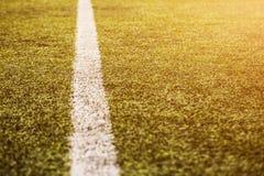 Groen graspatroon voor voetbalsport, Voetbalgebied, voetbalgebied, de textuur van de teamsport Witte streep op het Sluit omhoog Stock Fotografie