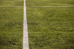 Groen graspatroon voor voetbalsport, Voetbalgebied, voetbalgebied, de textuur van de teamsport Witte streep op het Sluit omhoog Royalty-vrije Stock Afbeelding