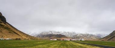 Groen het landschapsmos van IJsland met berg en clody hemelscène Royalty-vrije Stock Foto