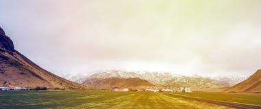 Groen het landschapsmos van IJsland met berg en clody hemelscène Royalty-vrije Stock Fotografie