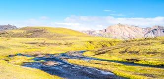 Groen heuvelig landschap van de Hooglanden van IJsland met gletsjerrivier rond Laugavegur-wandelingssleep op zonnige dag, IJsland royalty-vrije stock afbeelding