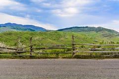 Groen heuvels traditioneel landschap over bewolkte hemel op achtergrond Wandelaarsparadijs in het platteland Roemenië Royalty-vrije Stock Foto's