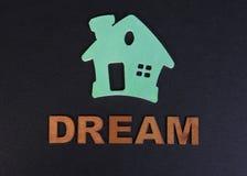 Groen huis en de droom van een woord op een zwarte achtergrond Stock Foto