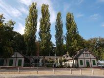 Groen huis, posthaven bij de rivierpijler stock afbeeldingen