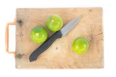Groen kalk en mes op blok Stock Afbeelding