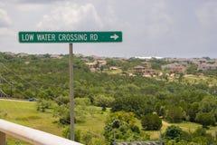 Groen kant van de wegteken die op een lage water kruising richten Stock Fotografie