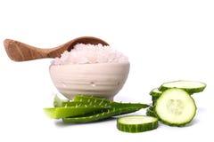 Groen komkommer en overzees zout Stock Foto