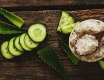 Groen komkommer en overzees zout Stock Afbeelding